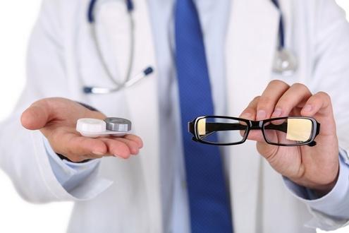 Что лучше выбрать: очки или линзы?